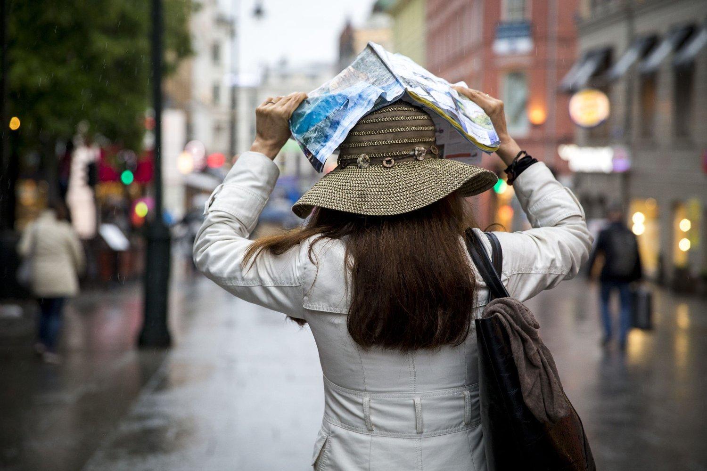 Illustrasjonsbilde: På søndag kommer regnværet og da gjelder det å være bedre utrustet enn denne kvinnelige turisten på Karl Johans gate i Oslo.