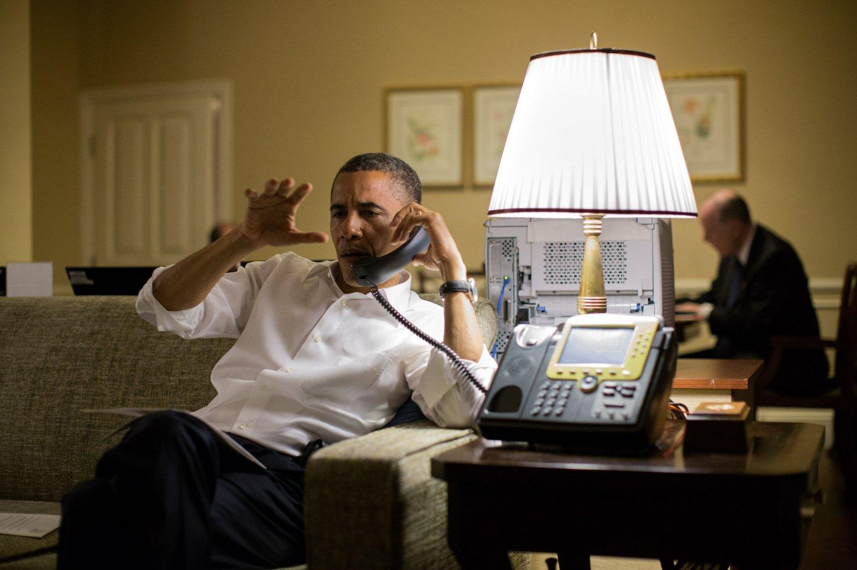 Barack Obama skal angivelig ha vært svært krass mot Benjamin Netanyahu i en telefonsamtale sist søndag. Bildet viser Obama mens han er i en telefonsamtale med Netanyahu i november, 2012.