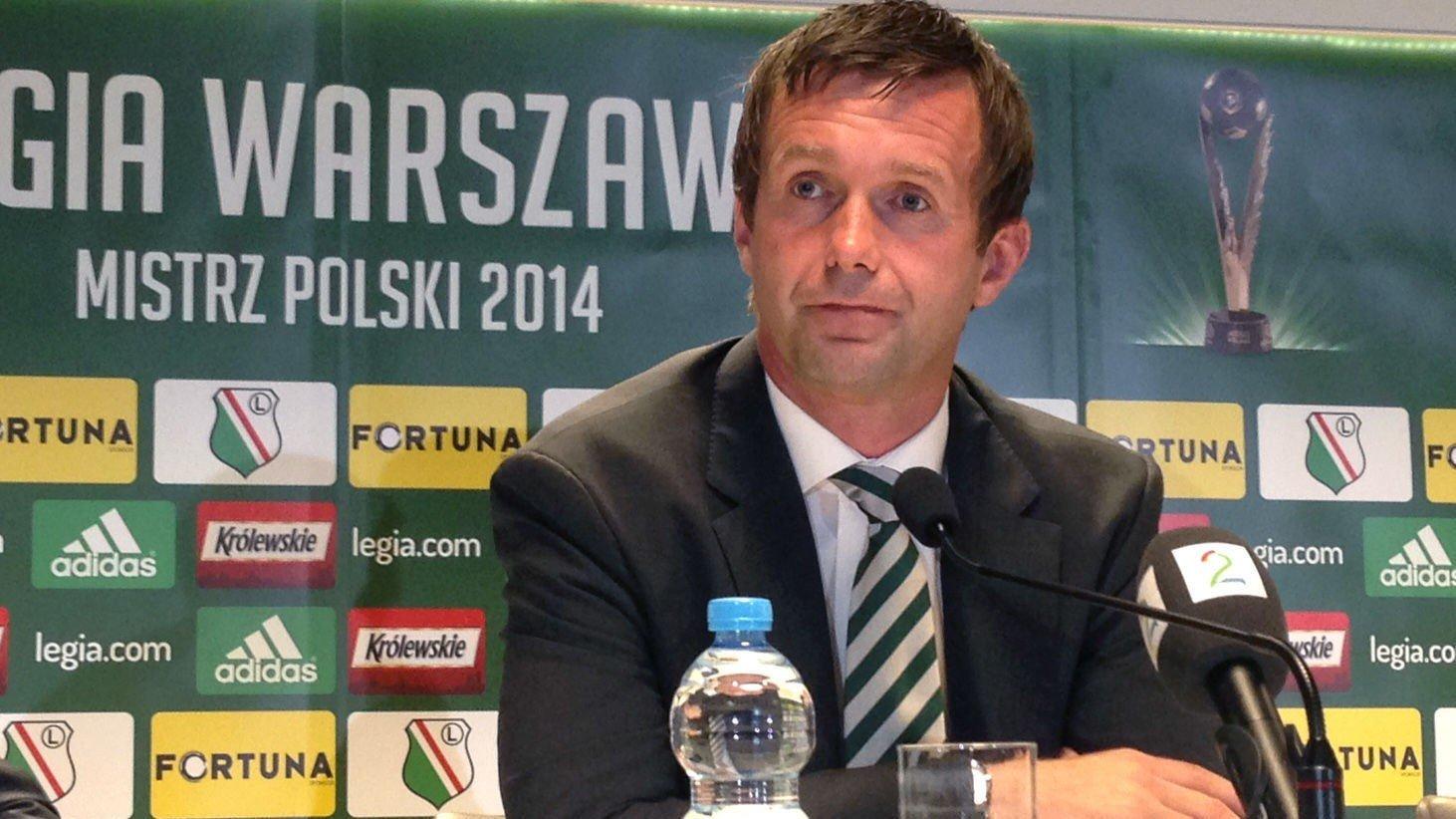 Ronny Deila så helt fortumlet ut på pressekonferansen etter storsmellen mot Legia Warszawa. Han går mot beinharde dager. Celtic tapte 4 - 1 mot Legiaa Warszawa og Henning Berg onsdag kveld.