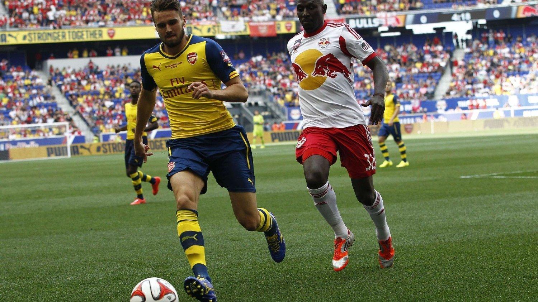 Høyrebacken Carl Jenkinson er klar for West Ham. 22-åringen lånes ut fra Arsenal hele kommende sesong.
