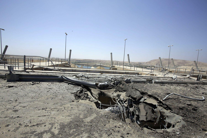 BOMBER: Krateret forteller om bombenedslaget etter et av de amerikanske luftangrepene ved kraftverket i Mosul i Nord-Irak. Bildet er tatt torsdag. Irakiske og kurdiske styrker skal ha gjenerobret damanlegget fra opprørerne.