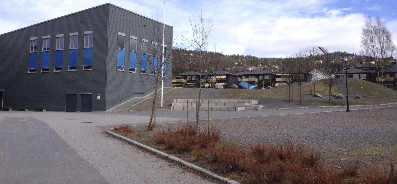 To av de tre jentene som har blitt stoppet av fremmede menn, går på Bogstad skole. Rektor Brynild Foosnæs sier det er viktig for dem å være til stede for elevene.