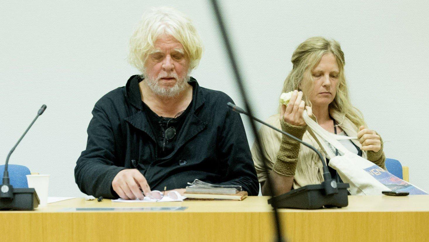 I RETTEN: Kunstneren Odd Nerdrum og kona Turid Spildo i Larvik tingrett tirsdag. Nerdrum er saksøkt av The Nerdrum Institute (TNI) for et tap anslått til 23 millioner kroner.
