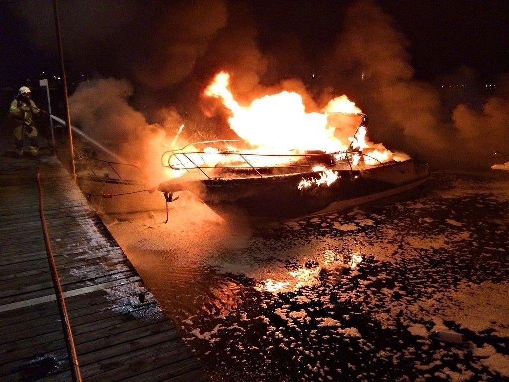 En mann er tatt hånd om av helsepersonell etter at det begynte å brenne i flere båter ved Jarlsø Brygge i Tønsberg tirsdag kveld.