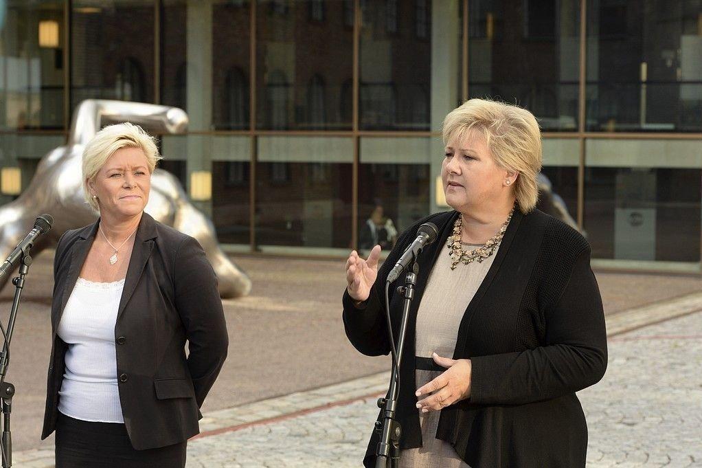 Statsminister Erna Solberg (H) og finansminister Siv Jensen (Frp) tv på vei til budsjettforhandlinger.