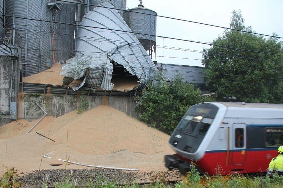 KORN-DRAMA: Flere hundre tonn korn har funnet veien ut på togskinnene i Vestby. Østfoldbanen er nå stengt i begge retninger. Det viser seg nå at det også lekker korn fra to andre siloer.