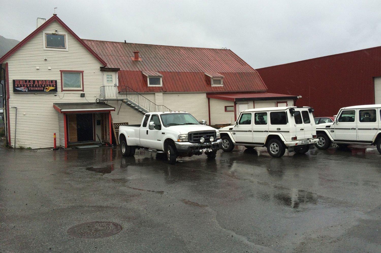 To sivile utrykningsbilder fra politiet utenfor HA-lokalene i Tromsdalen i forbindelse med en razzia.