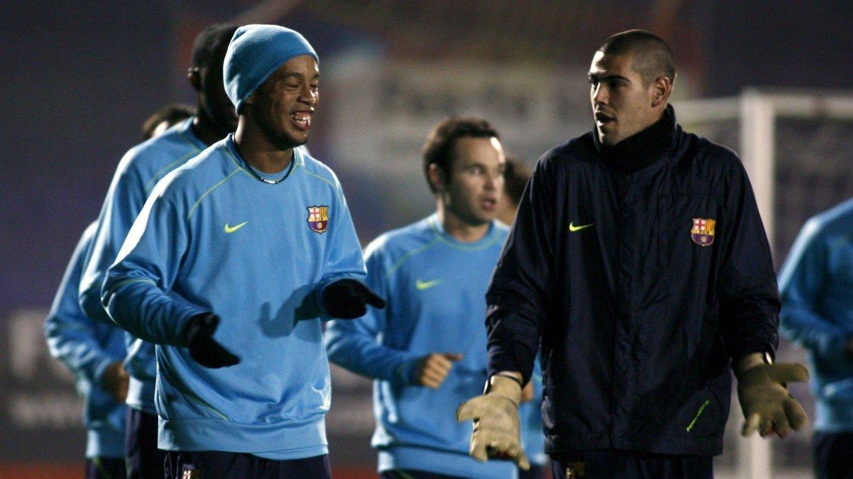 WHERE TO GO, RONNIE? Ronaldinho og Victor Valdes, her fra tiden i Barcelona, står fremdeles uten klubb.