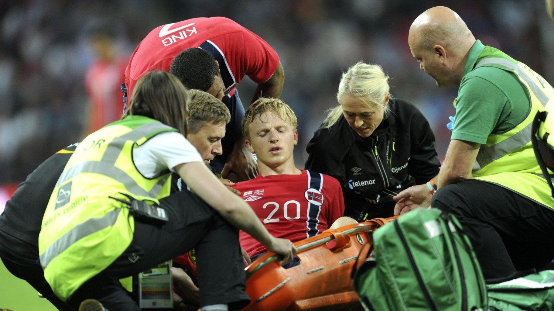 SKADET: Mats Møller Dæhli pådro seg en kneskadet og ble båret av banen. Det er dårlig nytt for tirsdagens kamp mot Italia.