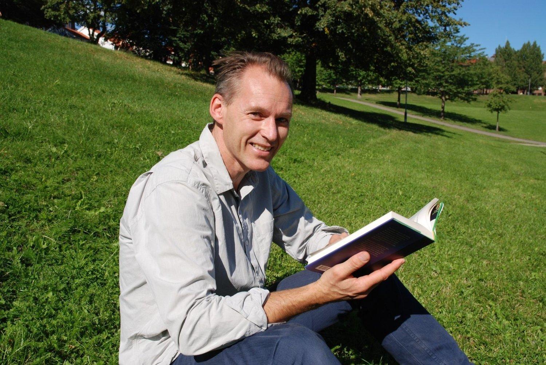 SJETTE BOK: Jan Chr. Næss er ute med sin sjette voksenroman – I søvnen lignet han et barn. – Jeg leser alltid bøkene mine når de er ferdige, så jeg vet hva slags opplevelse leserne jeg skal møte har hatt, sier han.
