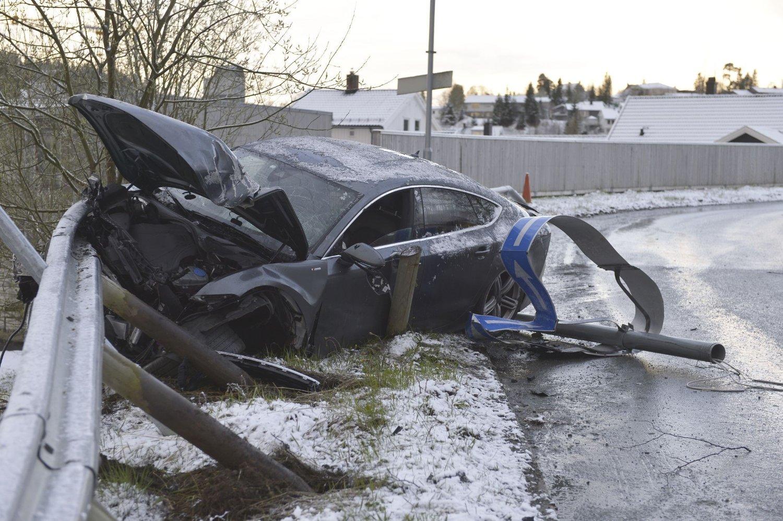 Trondheim 2014.05.04: De sørgelige restene av bilen til Petter Northug som braste inn i autovernet i general Bangs vei i Trondheim tidlig søndag morgen.