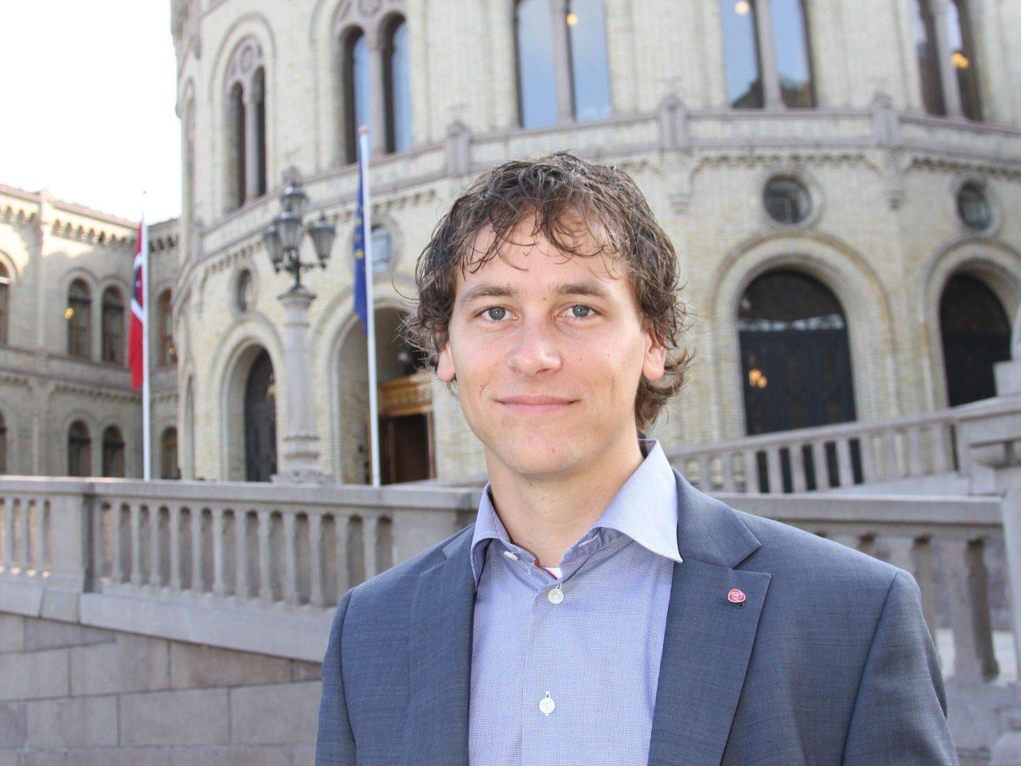 SOMMERJOBB: Arbeiderpartiets stortingsrepresentant Fredric Holen Bjørdal (24), ville ikke bare ha ferie, og søkte derfor sommerjobb for å erfare politikken han selv er med på å vedta.
