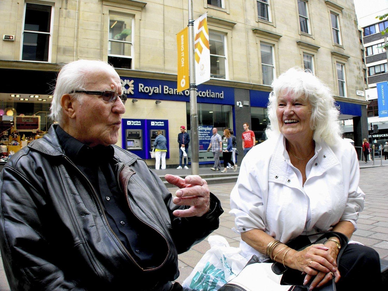 JA OG NEI: Pensjonistene John McLeary og Mary Stewart er uenige om Skottlands framtid. 18. september skal den avgjøres ved folkeavstemming.