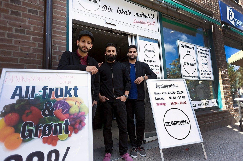 ÅPNER IGJEN: Brødrene Zain, Mobin og Zamman Waris åpner i morgen søndag igjen dørene i butikken som politiet tirsdag.