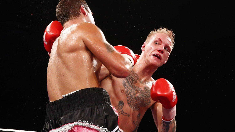 Tim-Robin Lihaug slo Simen Smaadal på poeng i den første helnorske proffkampen i boksing på 13 år. Det skjedde i en fartsfylt og eksplosiv kamp i København natt til søndag.