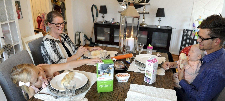 BILLIG OG BRA: Helle Cecilie Holmberg, Fredrik Faugstad og barna Fia Leona og Alva Anea koser seg ved matbordet.