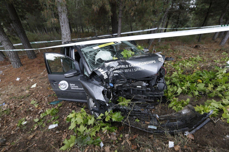DRAMA: Det var dramatisk da den norske servicebilen krasjet underveis i VM-løpet søndag.