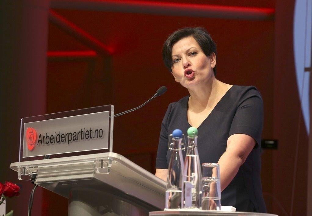 Nestleder Helga Pedersen taler på landsstyremøte i Arbeiderpartiet i 2014. Pedersen ønsker ikke å spekulere på årsaken til tilbakegangen på meningsmålingene i oktober: