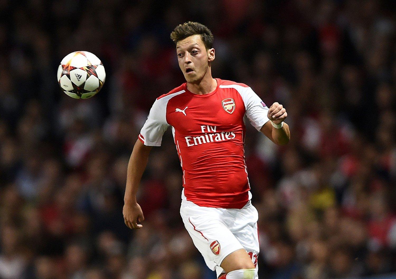 SKADEAVBREKK: Mesut Özil er satt ut av spill i opptil tre måneder med en kneskade.