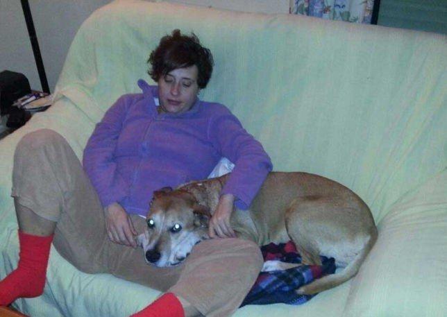Sykepleier Teresa Romero Ramos (44) ble smittet med det dødelige viruset da hun pleiet to misjonærer som hadde vært i Vest-Afrika. Her er hun avbildet med hunden sin, som spanske myndigheter frykter også er smittet.