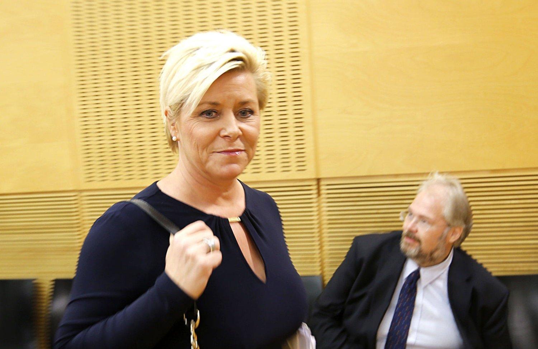 Finansminister Siv Jensen på vei til å presenterere statsbudsjettet 2015.