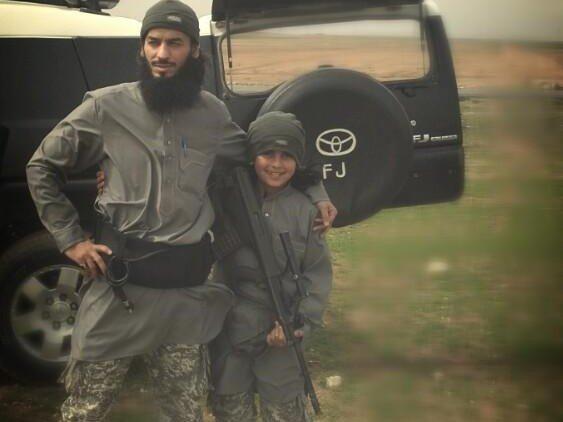 Denne unge gutten på ti år skal ha blitt drept i kamp sammen med sin far. Nå hylles han på sosiale medier av IS-tilhengere.