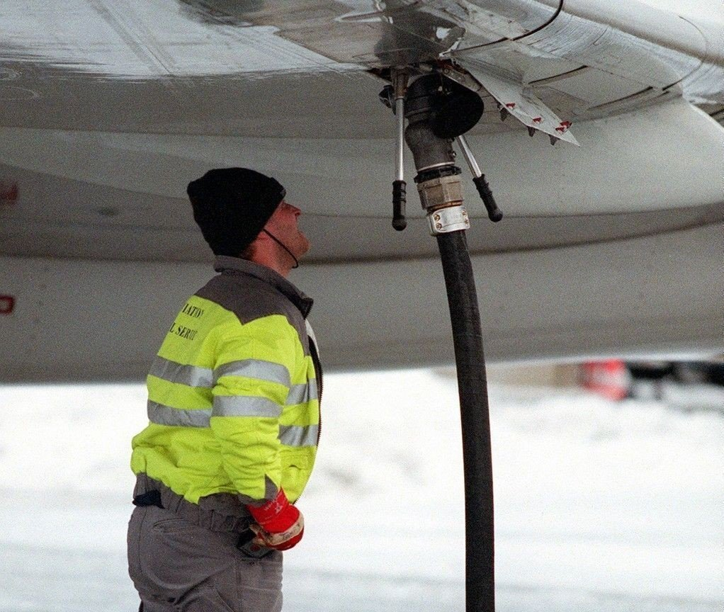Tanking av drivstoff på et fly på Gardermoen.