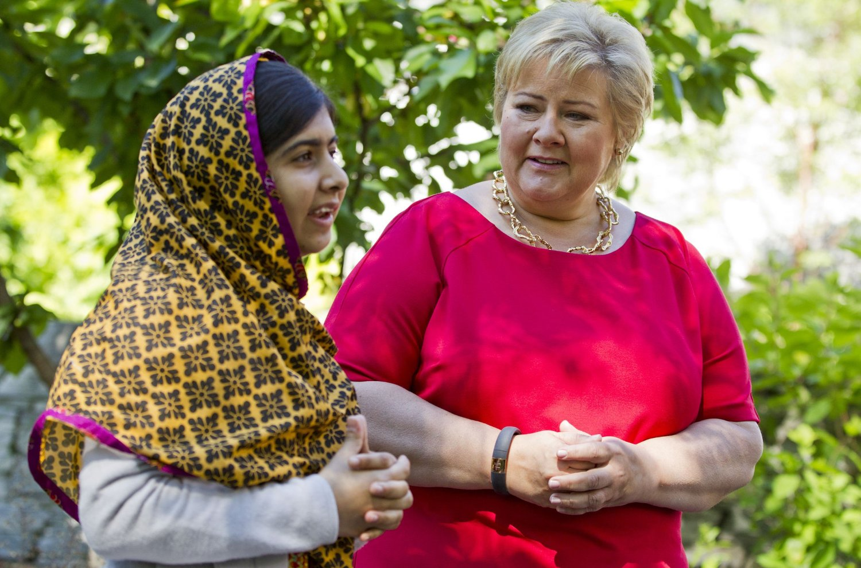 GRATULERER: Statsminister Erna Solberg (H) gratulerer Malala Yousafzai fra Pakistan med fredsprisen. Tidligere i år besøkte Malala Solberg i statsministerboligen i Oslo.