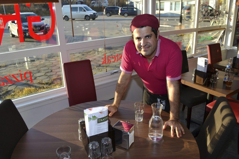 HÅPER PÅ FLITTIG BESØK: Restauranteier Deniz Bardakci gir bort nesten tre ukers omsetning fra dette bordet. Pengene går til Kirkens nødhjelp og TV-aksjonen 2014. Foto: Kenneth Strømsvåg