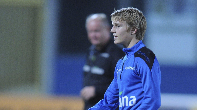 BENKET: Martin Ødegaard på trening dagen før kamp mot Malta. Per Mathias Høgmo i bakgrunnen.