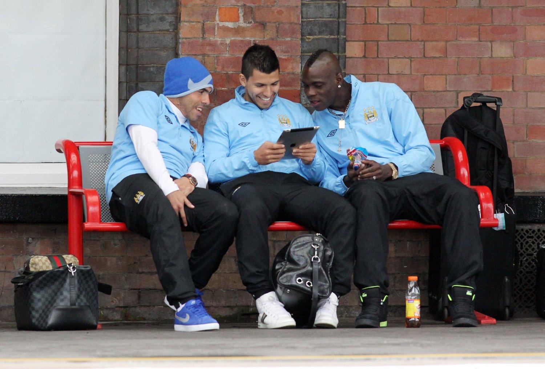 KLOVN: Sergio Aguero forteller i sin nye bok at han savner å ha Mario Balotelli som lagkamerat.