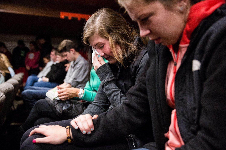 Skoleelever trøster hverandre under en minnestund etter skytingen på Marysville Pilchuck High School fredag.