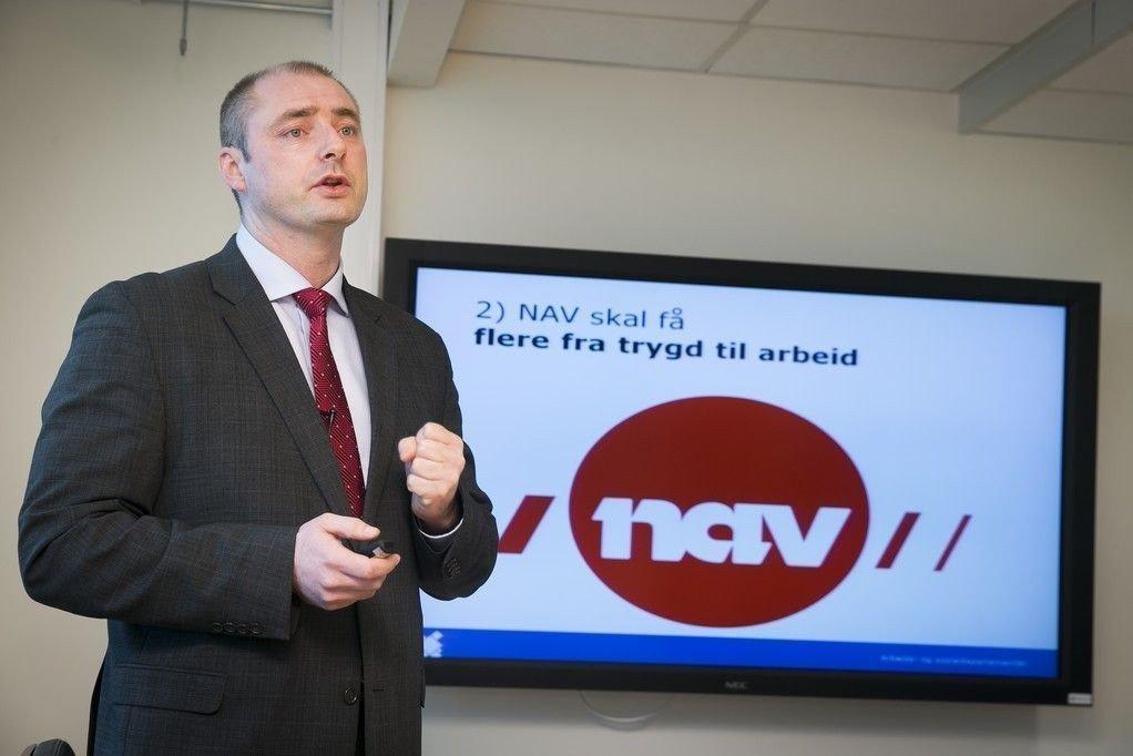 SENDER BREV: Arbeids- og sosialminister Robert Eriksson legger om uføretrygden og sender brev til alle uføre for å informere om endringene.