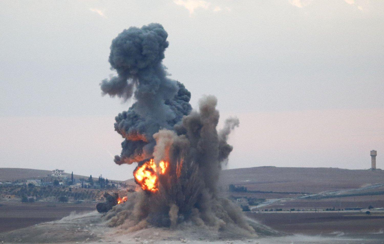 FLYANGREP: Røyk og flammer fra et flyangrep mot Den islamske staten (IS) nær den syriske byen Kobani torsdag. Lørdag ble det gjennomført en rekke flyangrep mot IS i Irak.