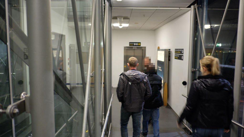 TVANGSRETUR: PU-ansatte på vei til utreisekontroll på Gardermoen med en asylsøker uten lovlig opphold. I fjor gjennomførte Politiets utlendingsenhet 5966 tvangsreturer.