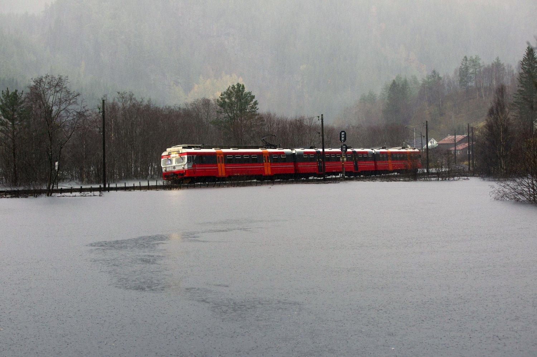 Ved Bolstadøyri måtte togene kjøre sakte på grunn av flommen. Her gikk siste toget over flomvannet før Bergensbanen ble stengt.