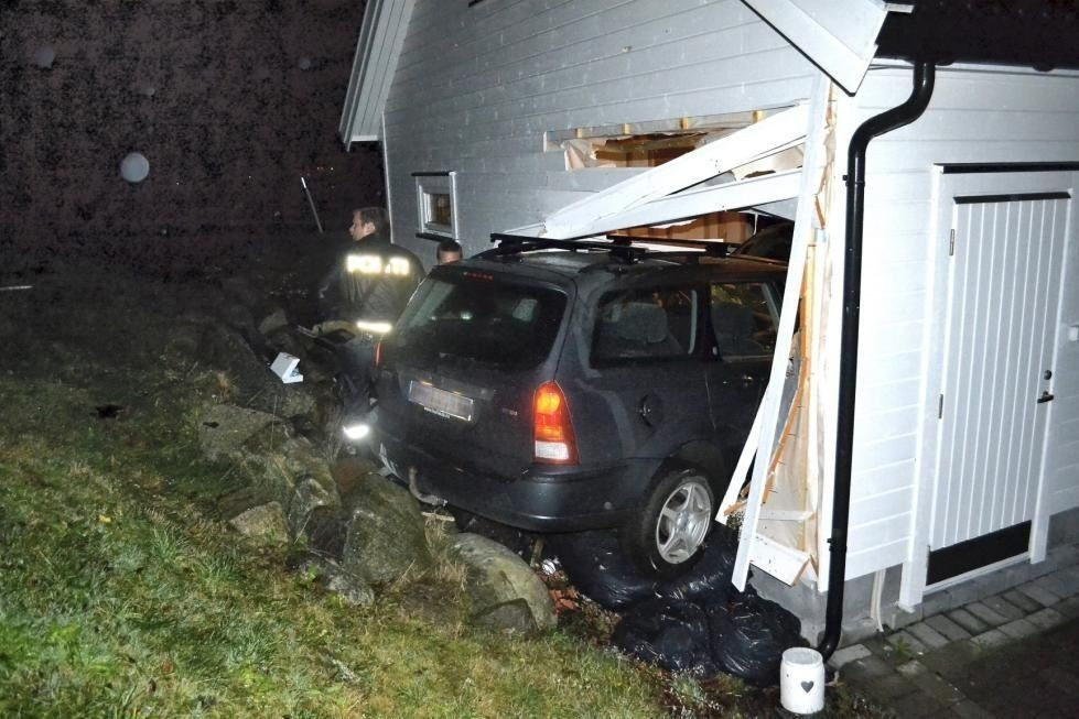 Bilen ble stående halvveis inn i grasjeveggen.
