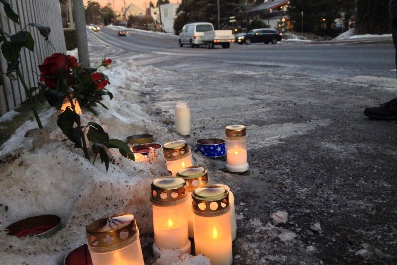 Blomster og lys vitner om den tragiske dødsulykken i Enebakkveien på Abildsø i desember i fjor. Nå må sjåføren møte i tingretten tiltalt for uaktsomt drap.