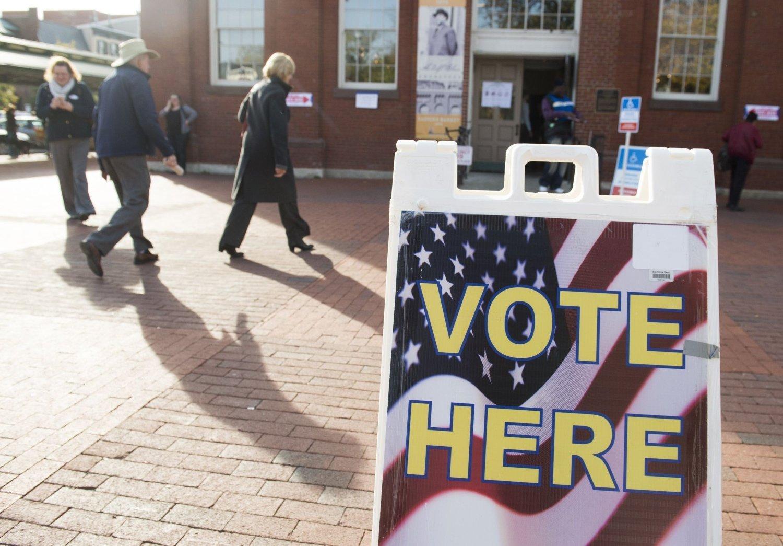 Amerikanske velgere ankommer valglokalet tidlig tirsdag.