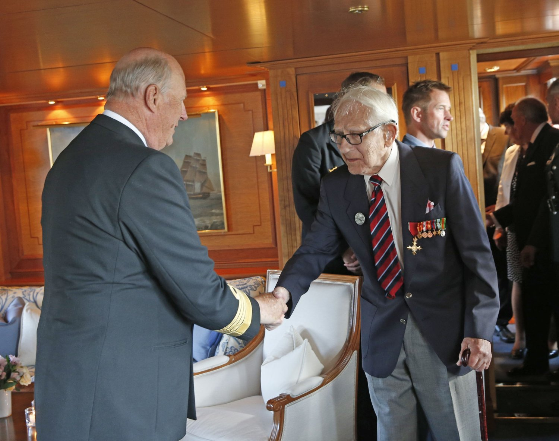 Annæus Schjødt hilser på kong Harald om bord i kongeskipet i Ouistreham under markeringen av at det var 70 år siden D-dagen.