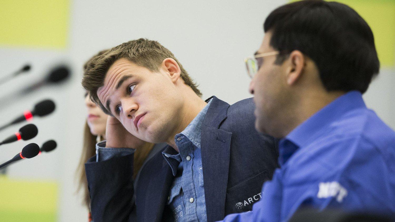 SLITEN? Magnus Carlsen hadde fordel av hvit, men måtte nøye seg med remis i det fjerde partiet mot Viswanathan Anand (t.h.) i VM-finalen.