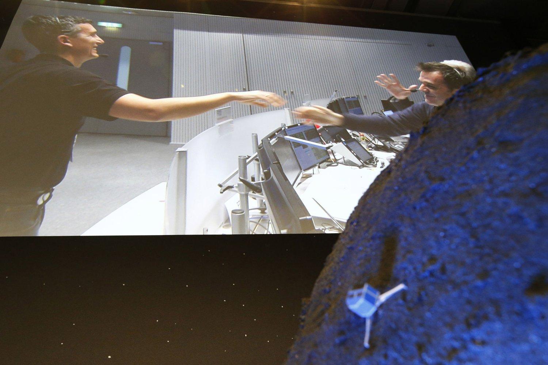 Ingeniører feirer kometlandingen i ESAs kontrollrom i Darmstadt.