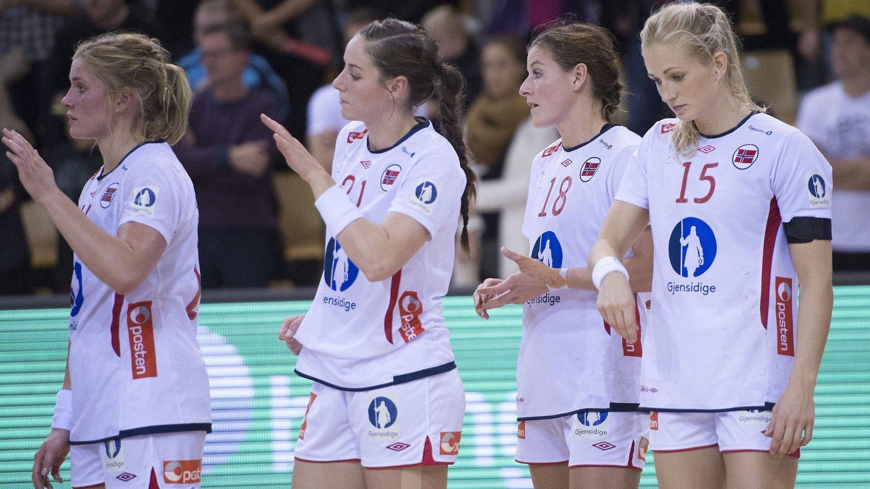 MEDALJEKANDIDAT: De norske jentene så slagne ut etter at det raknet mot Danmark i Golden League. Håndballekspert Bent Svele mener at når det butter, så butter det virkelig for landslaget og at laget ikke har noe å falle tilbake på.