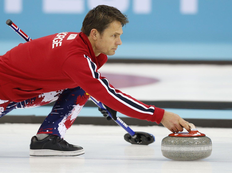 TAP OG SEIER: Åpningsdagen under curling-EM gikk litt op og ned for Thomas Ulsrud og Norge.