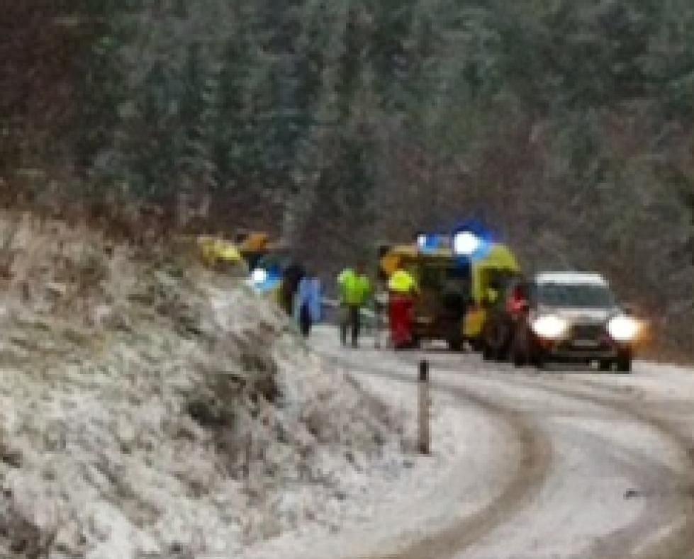 GLATT: Det var sleipt og glatt på veien da to biler støtte i hverandre på fv 40 sør for Svene. Foto: Lars Arntzen/Drammens Tidende