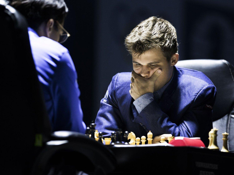 HYLLES: Magnus Carlsen vant det ellevte partiet i sjakk-VM mot Viswanathan Anand, og med det forsvarte han tittelen som verdensmester i sjakk.