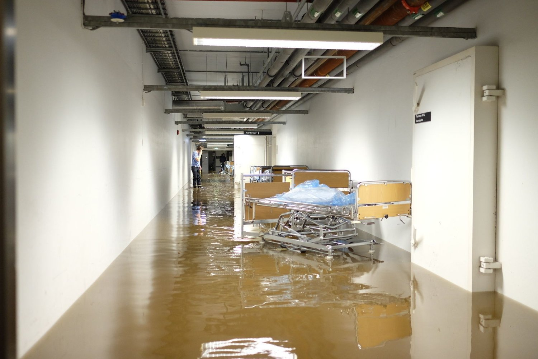 Vannet kom inn i underetasjen på Sørlandet sykehus søndag.