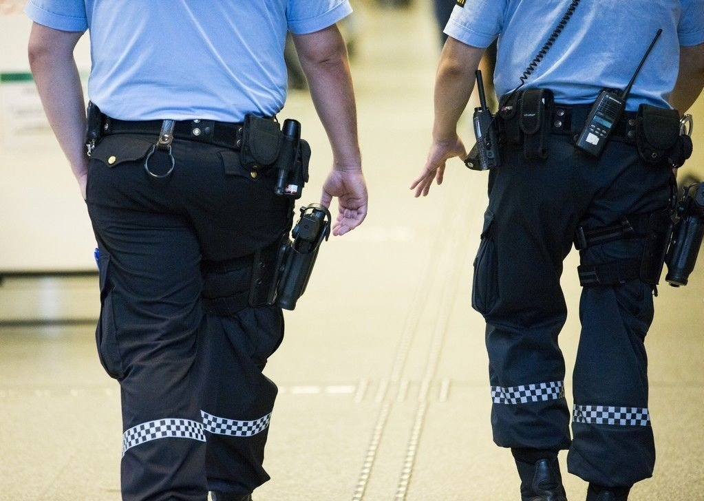 OSLO 20140728. Politimenn med våpen patruljerer mellom Oslo S og Bussterminalen mandag ettermiddag.