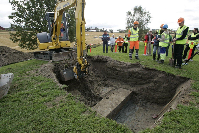FRA VIKINGTIDEN: Dette bildet er tatt i september 2007, da arkeologer gjenåpnet Oseberghaugen for å undersøke en sarkofag som inneholder en metallkiste med levninger av to kvinner fra vikingtiden. Arkivfoto: Peder Gjersøe / SCANPIX