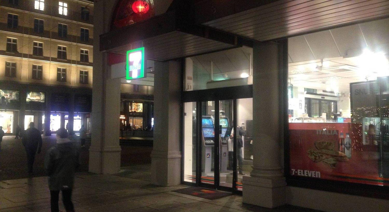 Utenfor denne kiosken skal forretningsmannen ha kommet i kontakt med den prostituerte kvinnen natt til 20. desember i fjor. Samtidig skal kona ha gått ut i svarte natten for å sjekke om ektemannen var utro.
